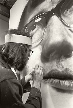 I love the scale of this painting. Chuck Close painting with an airbrush. Chuck Close Paintings, Chuck Close Portraits, Grand Art, Airbrush Art, Photorealism, Famous Artists, Art Studios, Artist At Work, Les Oeuvres