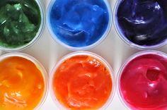 Návod na domácí pudinkové barvy, které lze patlat po papíře.