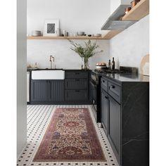 Kitchen Colors, Kitchen Rug, Kitchen Flooring, Kitchen Decor, Studio Kitchen, Black Kitchen Cabinets, Kitchen Styling, Black Counter Top Kitchen, Colorful Kitchen Cabinets