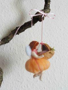 Peach flying fairy with the walnut cot La fatina color pesca con la culla nella…