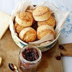 Deze heerlijke kaasscones zijn een hartige variant op de oorspronkelijke zoete broodjes. Serveer de scones met kaas en augurkjes. 1. Verwarm de oven voor op 220 °C. 2. Meng de bloem, het bakpoeder en wat zout. Wrijf de boter erdoor...