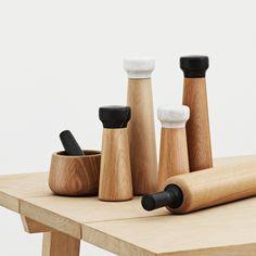 Salzmühle Craft, 27cm - Normann Copenhagen | SCHÖNER WOHNEN-Shop Der dänische Designer Simon Legald hat für Normann Copenhagen ein Salz-und Pfeffermühlen entworfen, die sich durch hervorragende Qualität und exklusive Naturmaterialien auszeichnen. Die Mühlen sind klassisch gestaltet, in schlichter, geschwungener Form. Durch ihr Gewicht liegen sie sehr gut in der Hand. Im Inneren von Craft verbirgt sich ein keramisches Mahlwerk von CrushGrind®, einem der führenden Mahlwerke auf dem Markt…