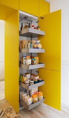 Deze moderne keuken is voorzien van een zeer praktische voorraadkast in de opvallende kleur geel. Meer zien van deze keuken?  #opbergen #voorraadkast #kast #kastenwand #keukenkast #keukenfronten