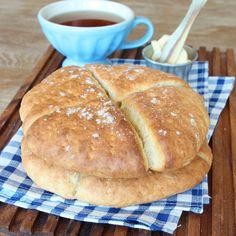 Klassiska, nybakta scones till frukost är lyxigt och himmelskt gott! Och snabbt går de att baka.