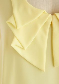 In the treasury of the dressmaker: Collars, clothing modeling and stuff . Collar Designs, Sleeve Designs, Blouse Designs, Techniques Couture, Sewing Techniques, Sewing Clothes, Diy Clothes, Sewing Collars, Outfit Trends