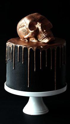 24 K Black Magic Cake - Desserts - Kuchen Halloween Torte, Bolo Halloween, Halloween Desserts, Cute Halloween Cakes, Happy Halloween, Halloween Wedding Cakes, Halloween Birthday, Halloween Design, Halloween Horror