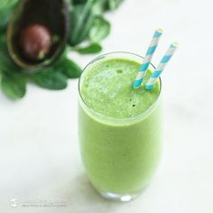 Keto Green Smoothie ½ medium avocado ½ cup fresh spinach ½ cup coconut milk ½ - ¾ cup water + few ice cubes ½ tsp vanilla powder or 1 tsp unsweetened vanilla extract 1 tbsp MCT oil drops liquid Stevia + Add collagen, moringa and maybe mint? Smoothie Legume, Keto Smoothie Recipes, Low Carb Smoothies, Keto Recipes, Smoothie Cleanse, Keto Foods, Healthy Breakfast Options, Keto Diet Breakfast, Breakfast Recipes
