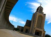 Santiago de Chile -El Templo Votivo de Maipú, uno de los templos católicos más grandes de Santiago, fue construido en honor a la Virgen del Carmen, patrona del Ejército de Chile.