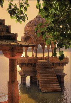 Pavilions on Gadsisar Lake in Jaisalmer / India (by Daniel Mennerich).
