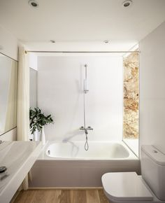 Built by Sergi Pons in Barcelona, Spain with date Images by Adrià Goula. It's about an apartment renovation located in Les Corts neighborhood in Barcelona city, categorized circa the Ninetee. Mini Loft, White Bathroom, Small Bathroom, Bathroom Modern, Design Bathroom, Spanish Apartment, Barcelona Apartment, Apartment Renovation, Minimalist Apartment