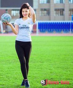 gadis cantik-real madrid-pegang bola | soccer girl | gadis bola | bola net | dewabola.club