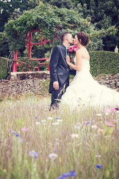 Décor champêtre dans le jardin des sources #eyrignac #mariage #wedding #jardins #garden #présfleuris #champetre #fleurs Dordogne, Photos, Wedding Dresses, Gardens, Flowers, Photography, Pictures, Bridal Dresses, Bridal Gowns