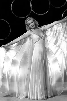 I'm in Love with this white Gown, Ginger Rogers wore in the 1936 movie Swing Time. OMG The I dare you to Kiss him (Fred Astaire) scene Behind the door. Old Hollywood Glamour, Vintage Hollywood, Classic Hollywood, Hollywood Style, Hollywood Fashion, Katharine Hepburn, Audrey Hepburn, Ginger Rogers, Fred Astaire