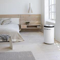 Une Chambre à Coucher Monochrome Du0027ambiance Nordique Avec Une Tête De Lit  En Bois