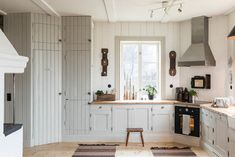 Made In Persbo: Nygyggt hus med själ Shaker Kitchen, Old Kitchen, Country Kitchen, Kitchen Dining, Kitchen Cabinets, Home Interior, Interior Decorating, Rustic Country Homes, Swedish Kitchen