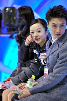 女子SPで演技後、キスアンドクライでカメラを見つけて指をさす本田真凜=白井伸洋撮影 (2015年12月26日)