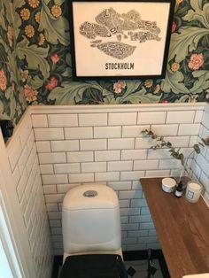 Laundry Room Bathroom, Small Bathroom, Small Toilet, Swedish House, Moving Day, Bathroom Wallpaper, Arts And Crafts Movement, Bathroom Inspiration, Interior Decorating