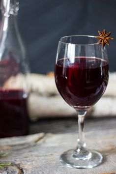 Mulled Wine, a delicious & traditional holiday drink - Maybe we'll make this with my bottle of red wine, huh Squires Marder? Chocolate Fudge Frosting, Christmas Sweets, Christmas Door, Holiday Drinks, Christmas Drinks, Wine Cheese, In Vino Veritas, Smoothie Drinks, Wine Pairings
