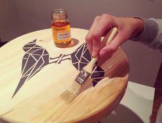 Para proteger la madera aplicamos el aceite que se incluye en el kit. No es un barniz, sino que actúa como protector sin brillos