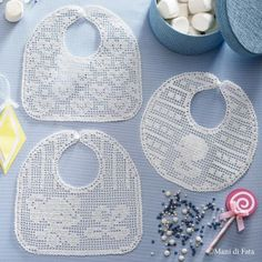 Diy Crafts - 1 ball white Tortiglia cotton nr 40 and scheme on squared paper to realize the bibs with crochet filet hearts, little chick and elephant. Crochet Baby Bibs, Crochet Baby Clothes, Crochet Shoes, Love Crochet, Thread Crochet, Filet Crochet, Baby Knitting Patterns, Crochet Patterns, Bib Pattern