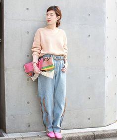 ◆カラーニット 春らしいピンクのニットにデザインパンツでラフに合わせたスタイリングに。