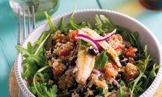 Esta salada de quinoa com cavala e feijão-preto é fácil de preparar e deliciosa.