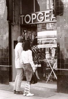 A couple window shopping in Top Gear on the King's Road Photograph by Michael Lawn. Image scanned by Sweet Jane. 60s And 70s Fashion, Mod Fashion, Skin Head, Swinging London, Twist And Shout, British Invasion, Shop Around, Old London, Top Gear