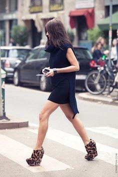 Separei 2 fotos de street style com blusas mais compridas atrás. Adoro o estilo! Fotos: streetfsn