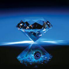 La pieza data de 1965 y se compone de un elegante diamante color azul profundo, favorito de las estrellas de Hollywood de esta época. Un exclusivo diamante azul de más de cinco quilates se convirtió en la pieza de este tipo más cara jamás vendida al alcanzar los 6.2 millones de libras (9.4 millones de dólares) en una subasta celebrada en la casa Bonhams de Londres.