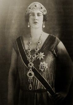 "The queen of Yugoslavia, ""Mignon,"" wearing the emerald kokoshnik and emerald necklace originally the property of Grand Duchess Elisabeth and subsequently Grand Duchess Marie Pavlovna. Cartier had by this time turned the necklace into a sautoir. Royal Tiaras, Tiaras And Crowns, Romanian Royal Family, King Alexander, 1920s Wedding, Gatsby Style, Royal Jewelry, Jewellery, Emerald Necklace"