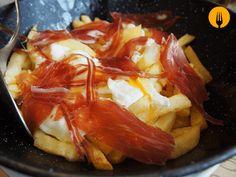 Huevos rotos de corral con jamón ibérico Spanish Tapas, Ham Recipes, Cabbage, Chips, Eggs, Vegetables, Breakfast, Tortillas, Food Ideas