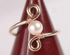 Anillo de perla oro alambre envuelto joyería por JessicaLuuJewelry                                                                                                                                                                                 Más