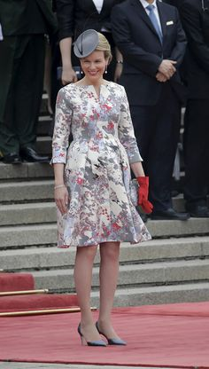 Queen Mathilde wears a mother-of-pearl dress with a fine print in red and blue from Natan African Print Fashion, African Fashion Dresses, Matilda, I Dress, Lace Dress, Middle Age Fashion, Church Suits And Hats, Kate Middleton Outfits, African Attire