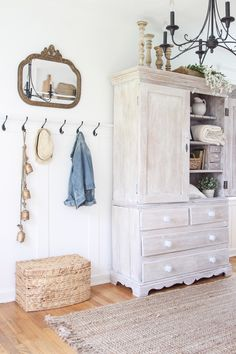 Step inside this beautiful Indiana farmhouse entryway decorated with a mix of…. - Home Decor Rustic Farmhouse Entryway, Farmhouse Chic, Vintage Farmhouse, Country Look, Diy Home Decor, Room Decor, Foyer Decorating, Decorating Ideas, Decor Ideas