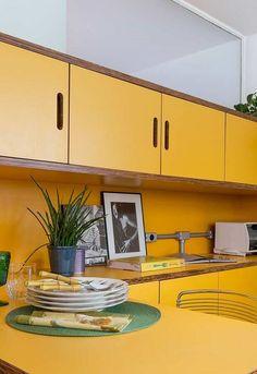 cozinha planejada na cor mostarda