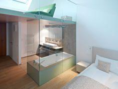 Offenes Bad: Der fließende Übergang zur Wohnfläche sorgt für Großzügigkeit im Raum.