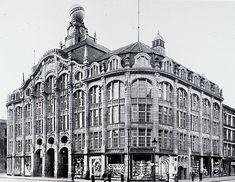 Im Jahre 1904 errichtet der deutsch-jüdische Kaufmann Oskar Tietz am Alexanderplatz ein Warenhaus anstelle der großen Berliner Zuschneide-Akademie, die sich in einem Nachfolgebau der einstigen Seidenmanufaktur des Fabrikanten Treitschke befand, zwischen der Straße am Königsgraben (heutige Dircksenstraße) und der Alexanderstraße. Eröffnung 1905.