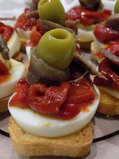 Canapés de Pimientos con Anchoas - Ugliest Tutorial and Ideas Mini Aperitivos, Caldo Recipe, Mini Appetizers, Food Stations, Some Recipe, Finger Foods, Catering, Brunch, Food And Drink