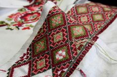Bilderesultat for bringeduker til bunad Folk Embroidery, Ribbon Embroidery, Embroidery Stitches, Embroidery Designs, Russian Folk Art, Crochet Square Patterns, Cross Stitch Designs, Cute Designs, Fabric Crafts
