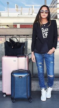 23 Perfect Travel Outfits From Girls Who Are Always on the Go Diese Flughafen-Outfits werden Sie so begeistert sein, zu reisen. Airport Attire, Airport Chic, Airport Style, Airport Outfits, Airport Clothes, Travel Chic, Travel Style, World Disney, Looks Jeans