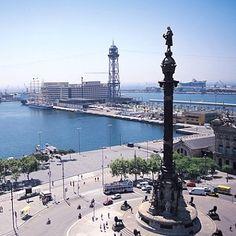 Puerto de Barcelona. Una enorme estatua como un tributo a Reina Isabella de España y Cristóbal Columbus.