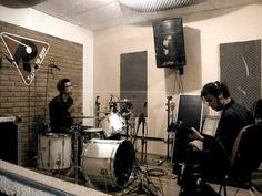 """Na sexta-feira, dia 14, a banda Echo Jinx, formada por Michael e Julio D., toca no Caverna's Bar a partir das 23h, e apresenta sua nova composição, """"Stoned Woman""""."""