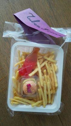 Patatje met hamburger en ketchup!
