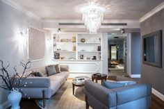Nábytek v obývacím pokoji je vhodné přiblížit ke stěnám. a dobré je také vyvarovat se ostrým hranám. Couch, Furniture, Home Decor, Settee, Decoration Home, Sofa, Room Decor, Home Furnishings, Sofas