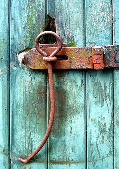 we had these hinges on our barn doors - also the grooves worn where the doors had been opened and closed so many times decade upon decade. Cool Doors, The Doors, Windows And Doors, Barn Door Latch, Barn Door Hardware, Gate Latch, Door Knobs And Knockers, Door Detail, Door Furniture