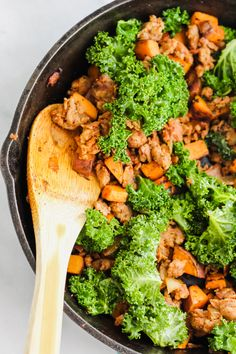Loaded with tender sweet potatoes, fresh kale, spicy chorizo and topped with a fried egg, this Chorizo, Kale and Sweet Potato Hash is the perfect breakfast! Sweet Potato Tacos, Sweet Potato Hash, Taco Bell Potatoes, Brunch Recipes, Breakfast Recipes, Broccoli Slaw Salad, One Skillet Meals, Savory Breakfast, Chorizo