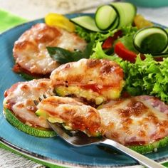 Pizza de Calabacita Mozzarella, Snack, Meat, Chicken, Food, Pizza Recipes, Easy Food Recipes, Appetizers, Salads