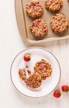 Recipes Breakfast For School These healthy breakfast are perfect to make ahead of time and take on the go for busy mornings. Use frozen strawberries for a more convenient option! Healthy Strawberry Recipes, Healthy Breakfast Recipes, Healthy Recipes, Strawberry Breakfast, Clean Eating, Healthy Eating, Scallop Recipes, Frozen Strawberries, Breakfast Cookies