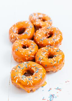 Yes it is almost King& Day and that is why I make it in style orange donuts with red white blue sprinkles. Orange Aesthetic, Rainbow Aesthetic, Baked Donuts, Doughnuts, Food Business Ideas, Donut Decorations, Cute Donuts, Orange Wallpaper, Feel Good Food