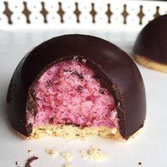 demi-sphère chocolat, mousse aux framboise et biscuit aux amandes